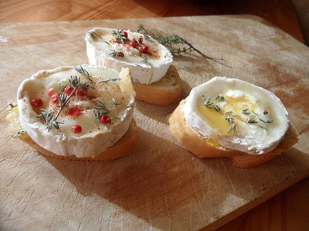 5 canapés con queso de cabra con los que triunfarás siempre