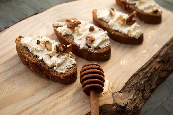 Tosta con queso de cabra, bacon, nueces y miel